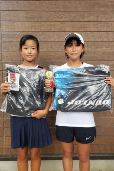 14歳以下女子シングルス優勝の有馬璃音と準優勝の永田セイラ