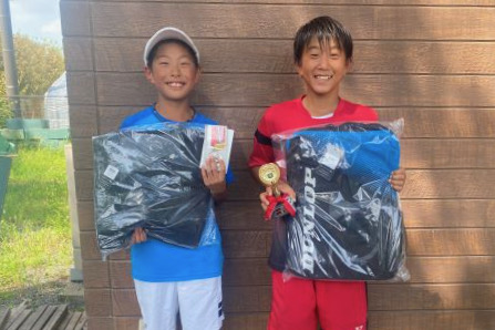 12歳以下男子シングルス優勝の白川径と準優勝の大久保遼
